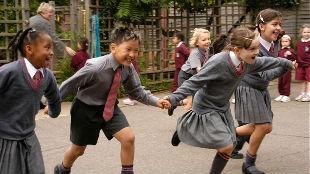 锐参考|中国小学上六年,近视率涨一半?外国是这样防治的——