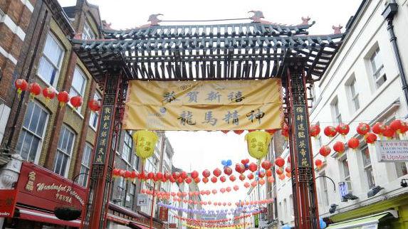 伦敦唐人街罢工抗议粗暴执法 外媒:西方华裔为何抱怨增多?