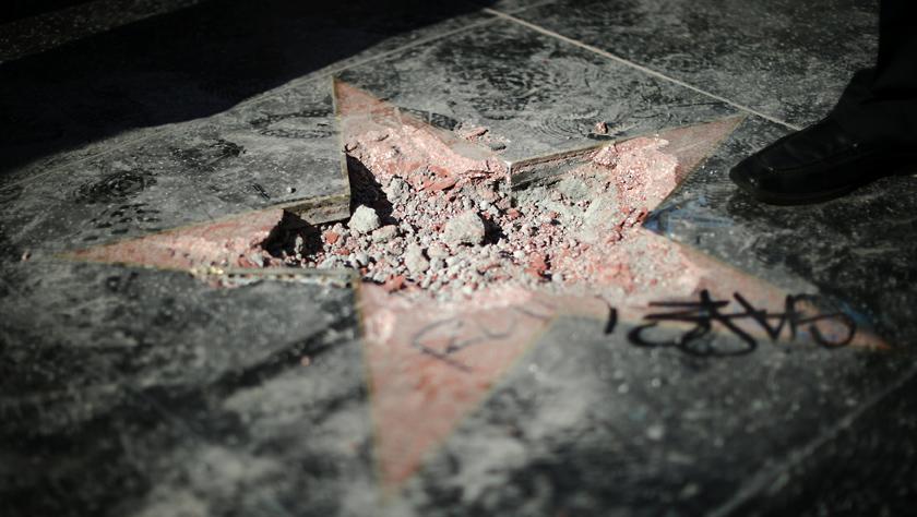 好莱坞星光大道特朗普星章又被砸 这次很彻底