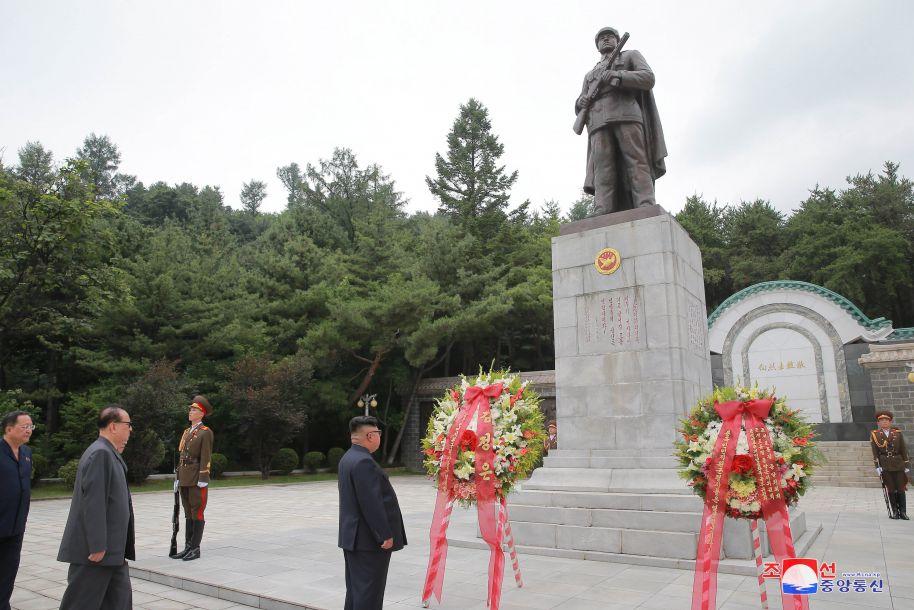 金正恩赴桧仓中国人民志愿军烈士陵园敬献花圈