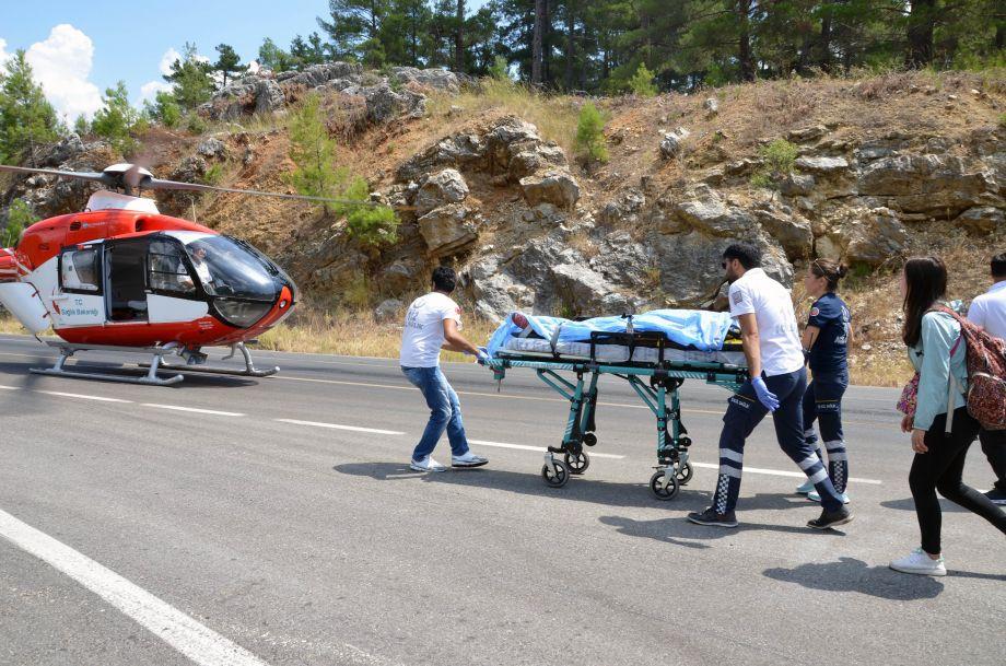 土耳其一辆载有31名中国游客大巴发生车祸