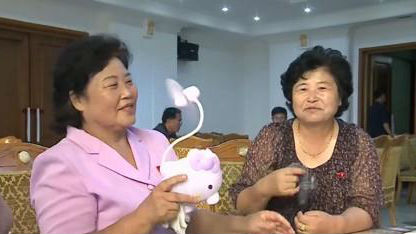"""朝鲜人如何应对酷热天气?手持小风扇成解暑""""神器"""""""