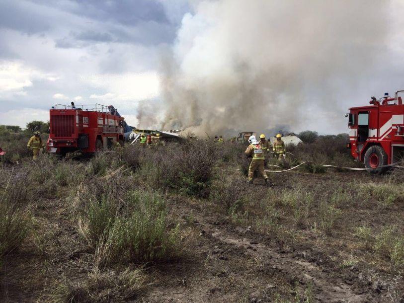墨西哥一架民航客机坠落 数十人受伤