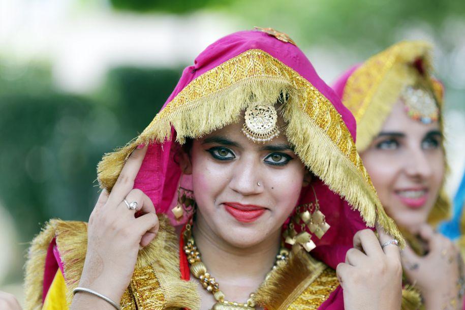"""印度女子欢庆""""女人节"""":祈祷婚姻生活幸福"""