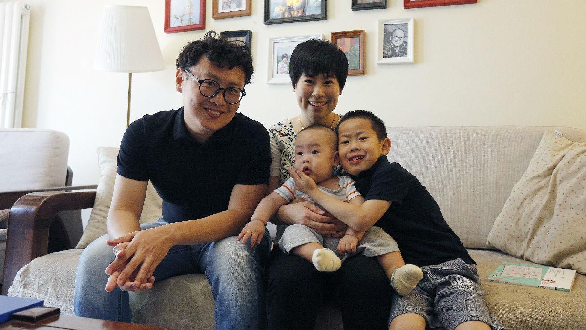 英媒称经济压力致中国人生育意愿低:养孩月均花费过高