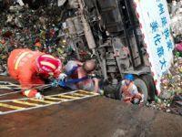 垃圾回收车掉入坑底 消防官兵戴空气呼吸器救人
