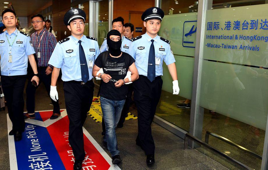 """上海警方从境外将""""联璧金融""""案主要嫌犯押解回国"""