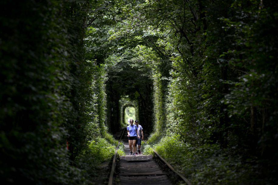 """乌克兰""""爱情隧道"""":情侣们在这里许下愿望"""