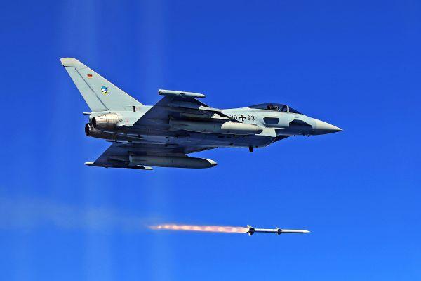 """资料图片:德国空军""""台风""""战机发射AIM-120导弹。"""