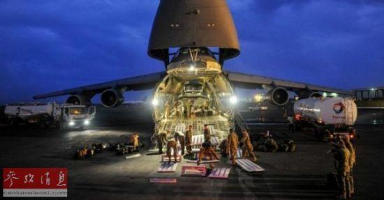 资料图片:位于吉布提的勒莫尼耶基地内,美军士兵正从C-5运输机中搬运物资。