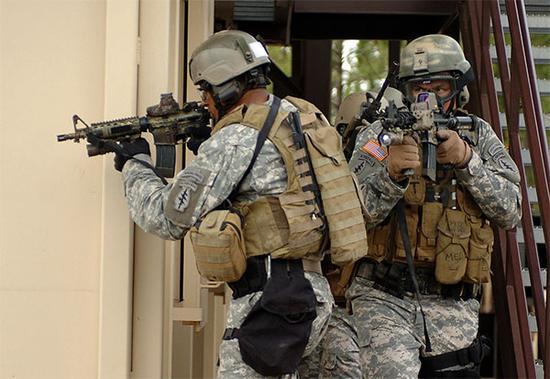 """资料图片:美陆军""""绿色贝雷帽""""特战队训练照。"""