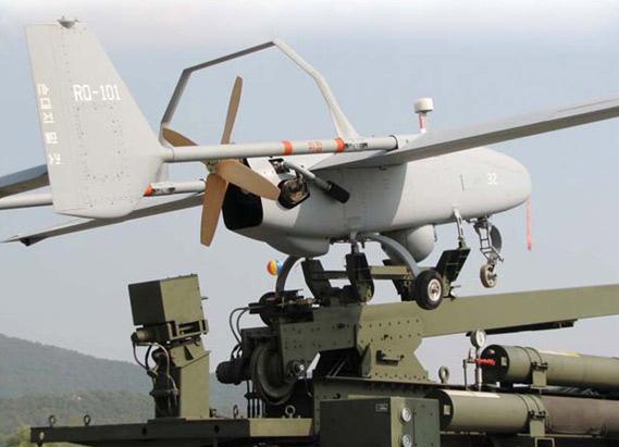 资料图:韩军自行研制的安装在车载发射架上的RQ-101无人机。