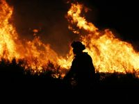 美国持续高温干燥天气 加州10多处山火正在燃烧