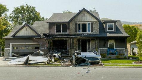 美国一男子因殴打妻子被捕 获释后竟开飞机撞自己家