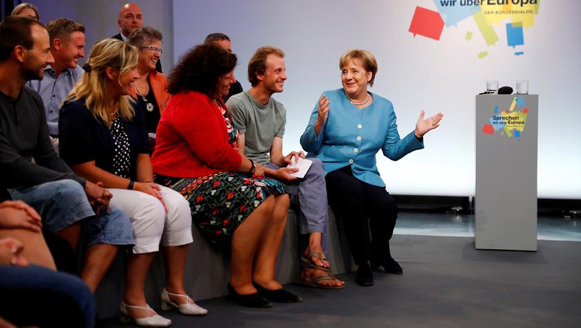 德国总理默克尔与民众聊欧洲未来 这位小哥穿拖鞋就来了