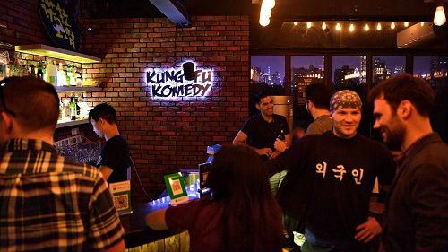 英媒称上海成中国脱口秀之都:有本地俱乐部 段子大多用中文
