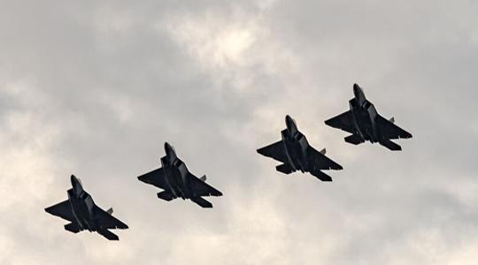 抵近示威!美F-22飞抵波兰参加华沙阅兵