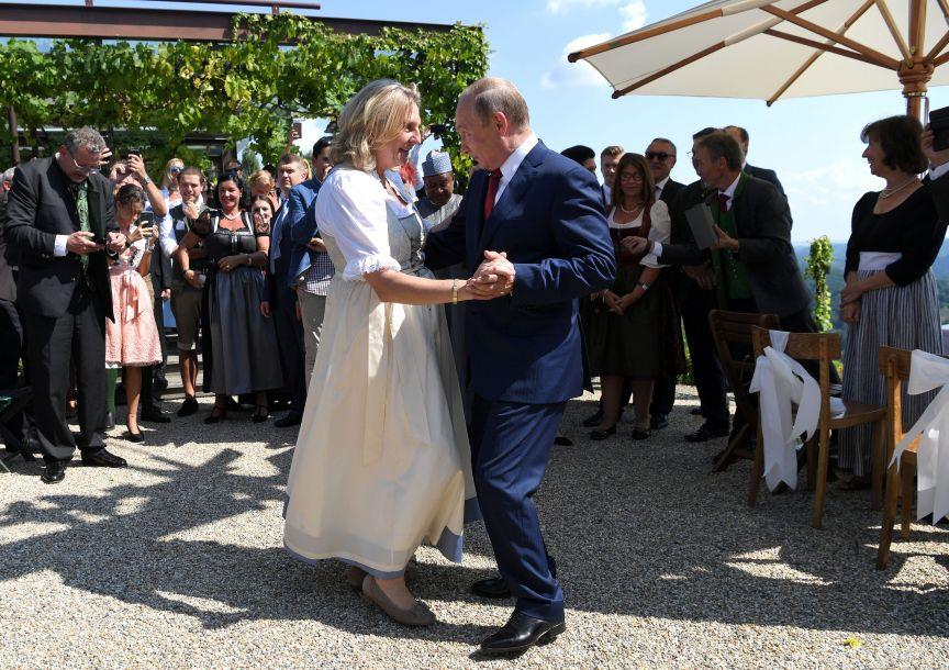 普京出席奥地利外长婚礼 与新娘携手共舞