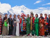 """海拔5200米!""""格桑花开""""西藏民族服饰秀亮相珠峰大本营"""