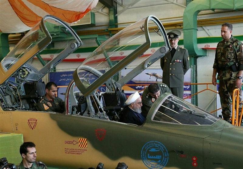 """伊朗展示新型国产战斗机 鲁哈尼""""试驾""""向美国示强"""