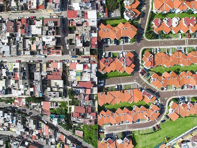 """航拍图展示穷富沟壑:一条线分割""""两个世界"""""""