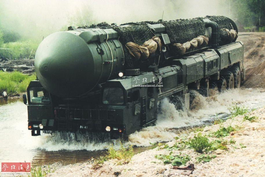钢铁蜈蚣!俄导弹发射车可16轮同时转向