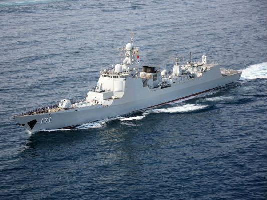 """外媒:中国首艘""""万吨大驱""""055舰出海试航"""