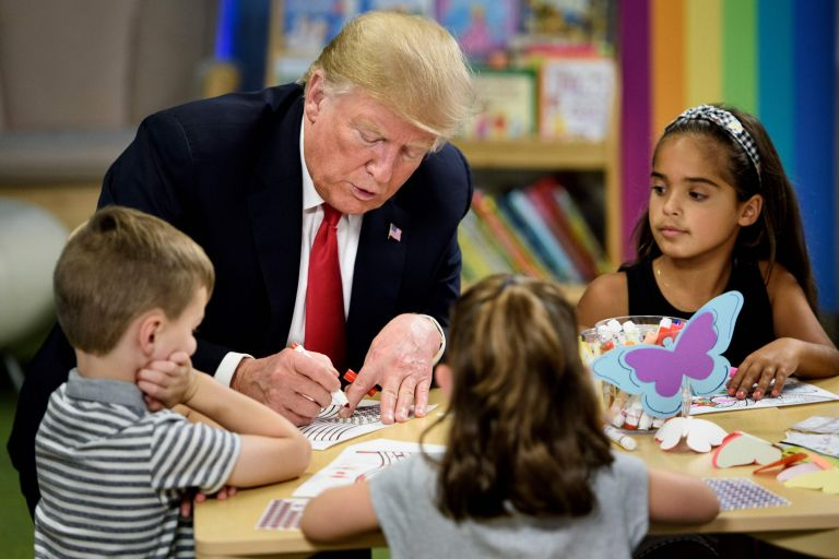 """美国总统竟画错国旗 网友:要建""""荷兰合众国""""还是心系俄罗斯"""