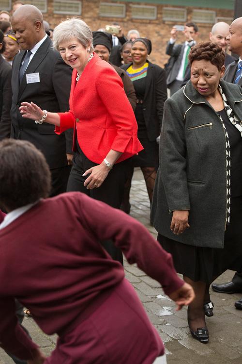 """特雷莎·梅与南非小朋友""""尬舞"""" 舞姿被网友嘲笑"""