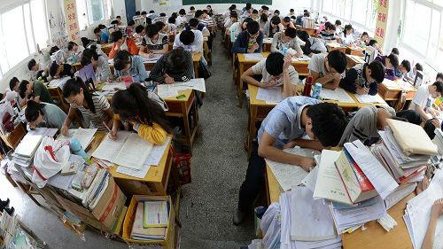 英媒:中国一学校食堂撤座椅让学生站着吃饭 称腾出时间学习