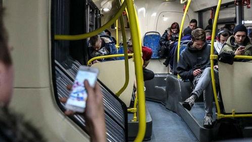 当心玩手机玩到没朋友!英媒:使用手机时应遵循五点建议