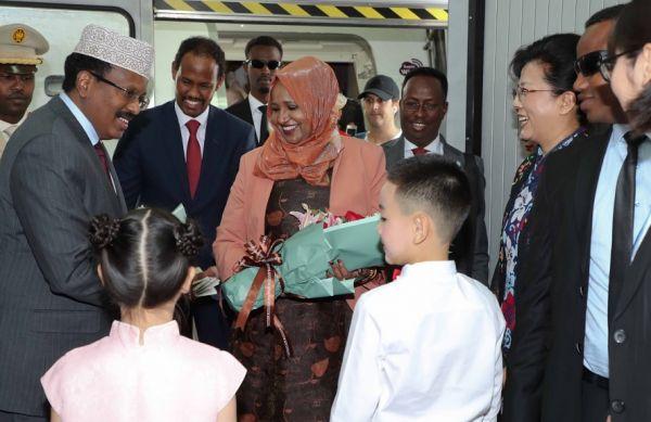 索马里总统穆罕默德·阿卜杜拉希·穆罕默德(左一)8月30日抵达北京,准备参加即将举行的中非合作论坛北京峰会。(索马里kabe网站)