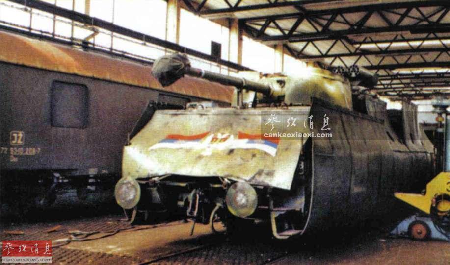 """由于南斯拉夫内战期间,东、西方阵营武器均有流入当地,""""克拉伊纳特快""""号装甲列车罕见采用了""""万国货""""武器混搭方式。车头装有一个二战美制M18坦克歼击车炮塔,备有一门76毫米坦克炮,可用于精确压制点目标。"""