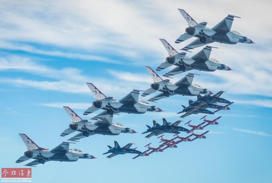 """近日,美国著名的空军""""雷鸟""""表演队、海军""""蓝天使""""表演队与加拿大空军""""雪鸟""""表演队罕见进行了联合飞行表演,首次使用F-16战机、F-18战机和""""导师""""教练机三种机型组成了空前的21机密集编队,场面十分壮观。53"""