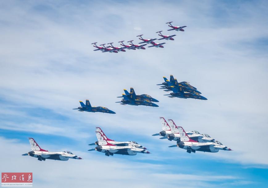 """图中从上到下依次为加拿大空军""""雪鸟""""表演队的""""导师""""教练机编队,美海军""""蓝天使""""表演队的FA-18C编队以及美空军的F-16C编队。"""