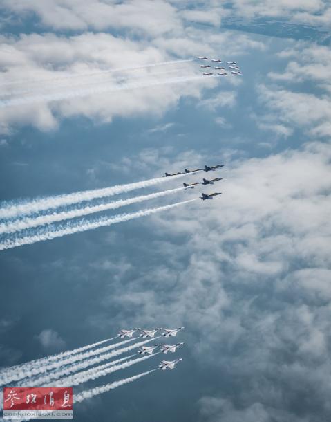 北美三大特技表演队联合拉烟编队飞行,场面十分壮观。
