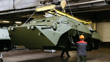 老少混搭!看俄工人如何组装轮式装甲车