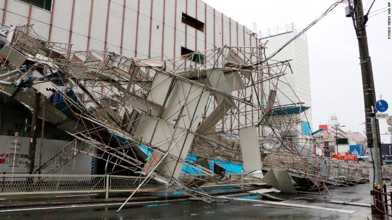 25年来最强台风袭击日本:屋顶被掀 89米长邮轮撞上公路桥