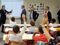 """""""开学第一课"""" 法国总统马克龙""""客串老师""""与学生互动"""