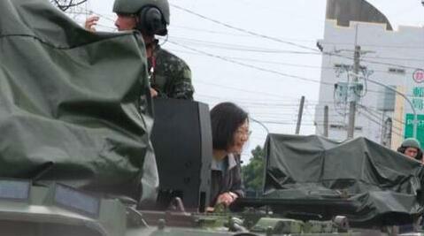 蔡英文搭乘逃亡用装甲车视察灾情,引发众怒。(图源:台媒)