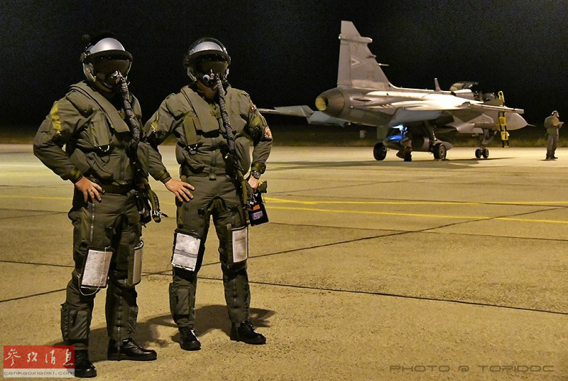 参演的匈牙利空军飞行员合影。