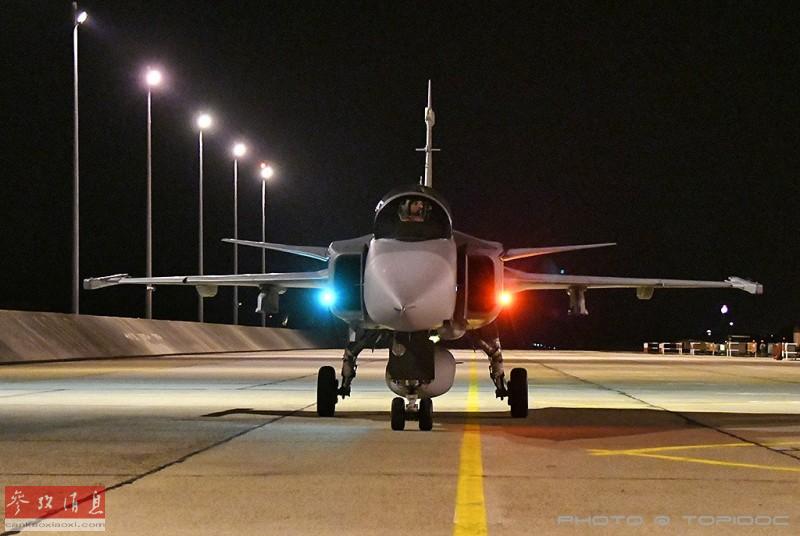 """2018年9月,隶属于匈牙利空军""""美洲狮""""战术战斗机中队的JAS-39""""鹰狮""""战斗机进行了夜间飞行训练。""""鹰狮""""出自瑞典萨博公司旗下,最大优势是能在战时利用高速公路短距起降,作战灵活性较强。图为匈牙利空军""""鹰狮""""战机正面特写,可见两侧的防撞灯。38"""