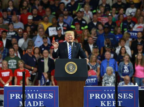 12 8月21日,在美国西弗吉尼亚州的查尔斯顿,美国总统特朗普参加支持者集会。(新华社)