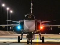 """能从公路起降!匈牙利""""鹰狮""""战机夜训"""