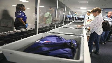 美媒:机场安检托盘或比厕所还脏