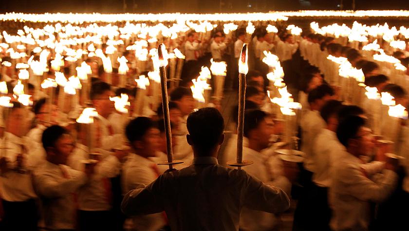 朝鲜举行青年火炬游行