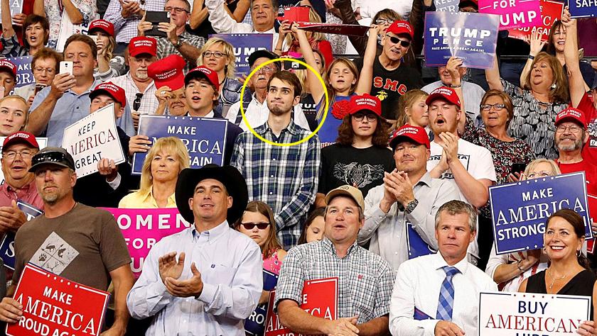 """特朗普发表讲话时,这位表情""""有毒""""的小哥哥意外成为焦点"""