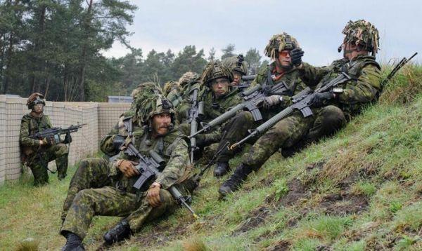 图为在德国举行演习的英军部队