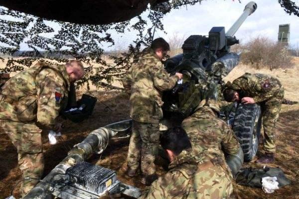 图为英军炮兵部队正在位于德国境内的基地进行训练