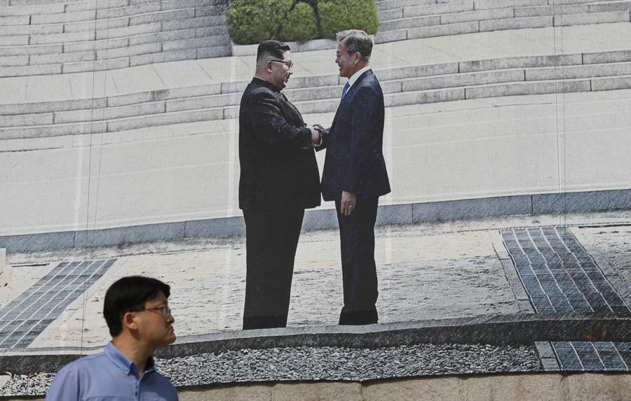 当地时间2018-09-25,韩国首尔,市政厅挂起巨幅韩国总统文在寅和朝鲜领导人金正恩握手的海报。